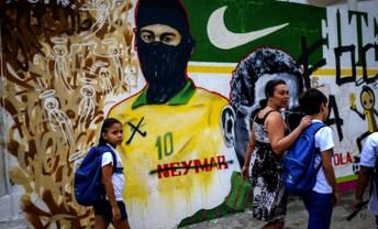 Rio de Janeiro. Un murale inneggiante a Neymar deturpato in modo da mostrare il calciatore in versione black bloc.