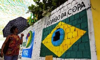 Manaus. Qualcuno ha fatto un buco al centro del disegno della bandiera brasiliana.