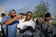 Un miliziano di una delle tribù del deserto catturato dai Fratelli Musulmani. Un po' per razzismo, un po' per differenze religiose, sono tre anni che le tribù del sud combattono contro quelle del nord, fortemente islamiche.