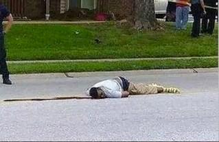 Il corpo di Michael Brown senza vita in mezzo alla strada a pochi isolati da casa sua.