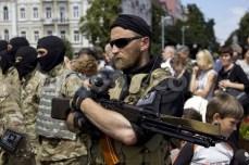 Miliziani del battaglione Azov si apprestano a lasciare Kiev per andare al fronte.