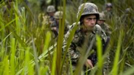 Una pattuglia di soldati regolari marcia all'interno del territorio controllato dalle Farc.