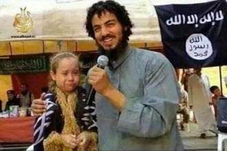 Un guerrigliero dell'Isil presenta la sua giovane moglie (appena sposata) di sette anni.