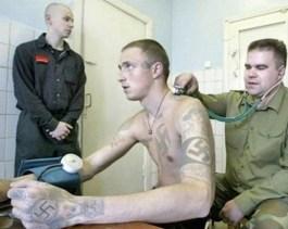 Un militante di Pravy Sektor si arruola nel battaglione Azov.