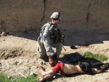 Un marine esibisce il volto di un ragazzo afghano che ha appena ucciso.