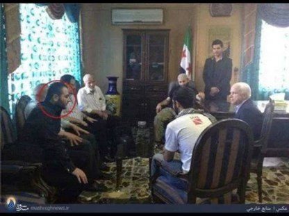 La riunione durante la quale è stata pianificata l'offensiva dell'Isil. John McCain è a destra della foto. A sinistra (cerchiato in rosso) Abu Bakr al Baghdadi. Accanto a lui e davanti alla bandiera siriana (con lo zuccotto in testa) altri due dirigenti dell'Isil.