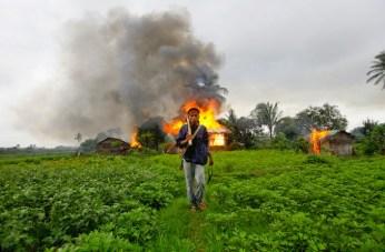 Villaggio karen bruciato dall'esercito.