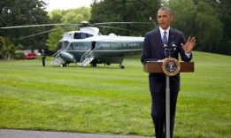 Il presidente statunitense Barak Obama da l'annuncio dell'inizio dei bombardamenti sull'Iraq poco prima di salire sul Marine One, che lo porterà in vacanza sull'isola di Martha's Vineyard.