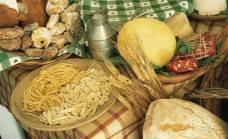 Le orecchiette, il famoso pane di Monte Sant'Angelo cotto nel forno a legna, l'olio extra-vergine di oliva e il caciocavallo podolico.