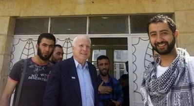 Nella foto (da sinistra) il portavoce dell'Isil Abu Mosa, il leader dell'Isil Abu Bakr al Baghdadi, il senatore Usa John McCain, il portavoce del Fronte al Nusra Mohammad Nour.