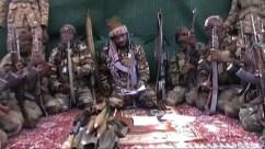 Il leader di Boko Haram Abubakar Shekau circondato da alcuni suoi seguaci.