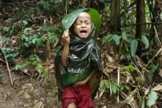 Bambina fugge dai saccheggi dell'esercito birmano.