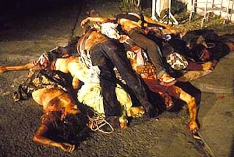 Corpi di contadini ammassati dopo un'azione notturna di uno squadrone della morte.