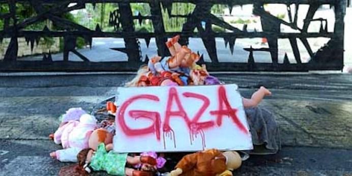 Questa installazione di fortuna è stata realizzata da alcune scolaresche israeliane che aderiscono all'appello di fino dei bombardamenti a Gaza.