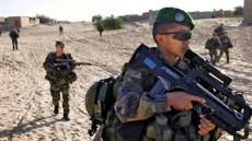 Militari francesi in azione nel deserto.