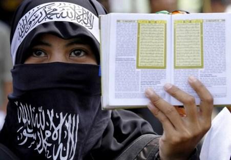 Una donna membro del gruppo estremista islamico Hizbut Tahrir.