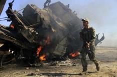 Un blindato della Nato in fiamme dopo essere saltato su una mina.