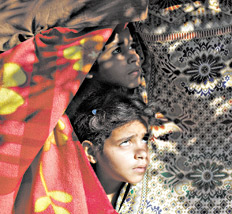 Gaza: bambini guardano il cielo