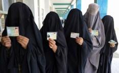 Donne in fila per votare. Durante le elezioni don e e uomini votano in seggi differenti.