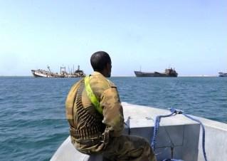 Uomini armati sorvegliano il transito delle navi attraverso il Golfo di Aden, infestato dai pirati.