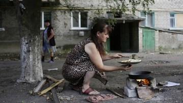 In mancanza di energia elettrica e di gas per cucinare ci si arrangia.