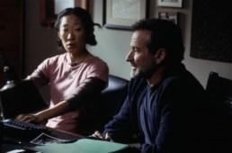 Una voce nella notte, regia di Patrick Stettner (2006) «Sono uno scrittore, da anni saccheggio la mia vita per ricavarne storie. Come una gazza ladra, tendo a prendere quello che luccica e poi a scartare quello che resta...»