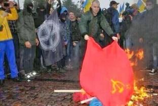 Lviv. Militanti di Pravy Sektor danno fuoco a bandiere comuniste.
