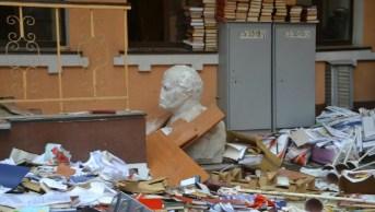 L'esterno della sede del Kpu a Kiev dopo la devastazione da parte di Pravy Sektor e di Svoboda.