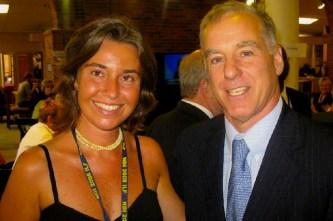 L'allora funzionaria del Pd Mogherini insieme al presidente del Partito democratico Usa Howard Dean.