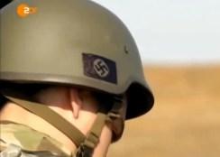La svastica disegnata su un elmetto di un miliziano del battaglione Azov. Altri suoi commilitoni indossavano elmetti con l'emblema delle Ss.