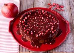 Una torta di cioccolato arricchita con i semi di melograno.