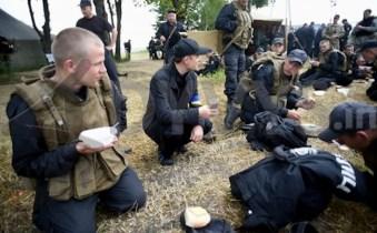 Lyashko insieme ai suoi commilitoni nazisti del battaglione Azov.