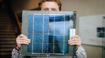 Un ricercatore del laboratorio Tno mostra la struttura di uno di questi pannelli solari.