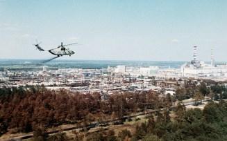 Un elicottero militare sorvola l'area intorno alla centrale nucleare. Da come si vede, la città era attaccata ai reattori.