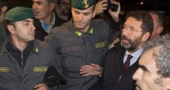 Il sindaco di Roma Ignazio Marino in visita a Tor Sapienza, accompagnato da un consistente numero di uomini della Guardia di finanza come scorta.