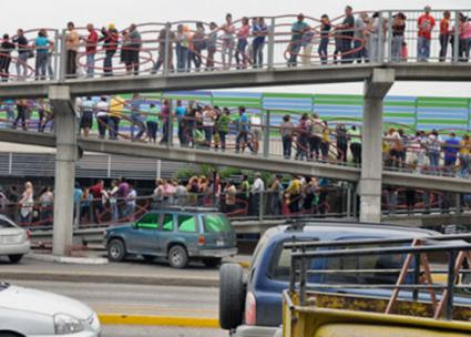 Gente in fila a Caracas, fuori da un supermercato