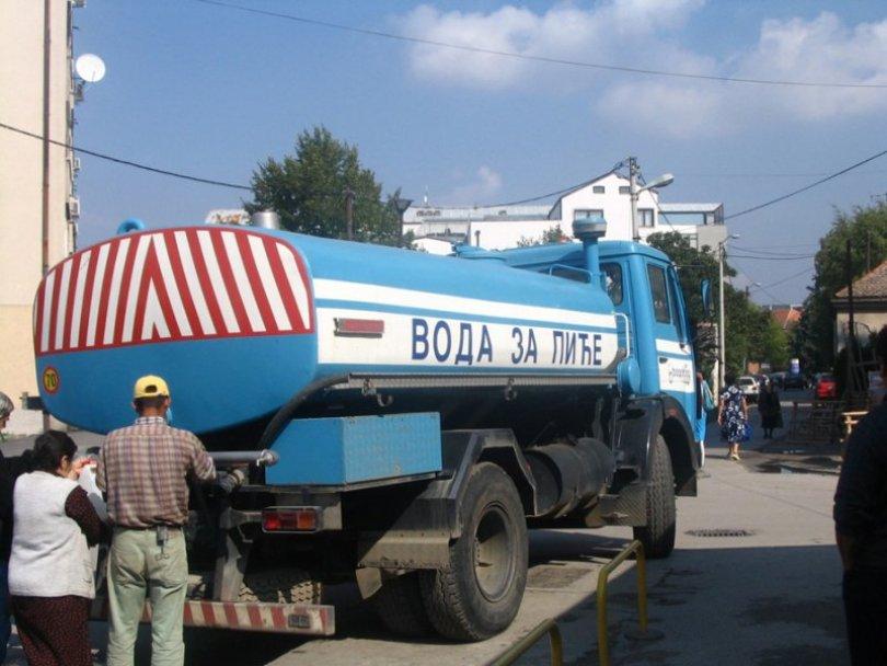 Cisterne za snabdevanje vodom postavljene na potezu između ulica 6. Ličke divizije i ulica PP Odreda