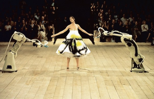 Spray-painted-dress-No.-13-SS-1999-Model-Shalom-Harlow-represented-by-dna-model-management-New-York-Image-Catwalking