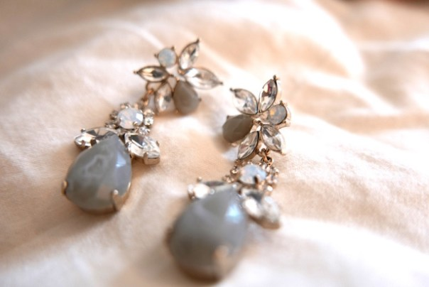 Very pretty earring that I bought for a wedding and never wore.. and I pick them up and try them on at every so often... but I never wear them. I've donated these as well.