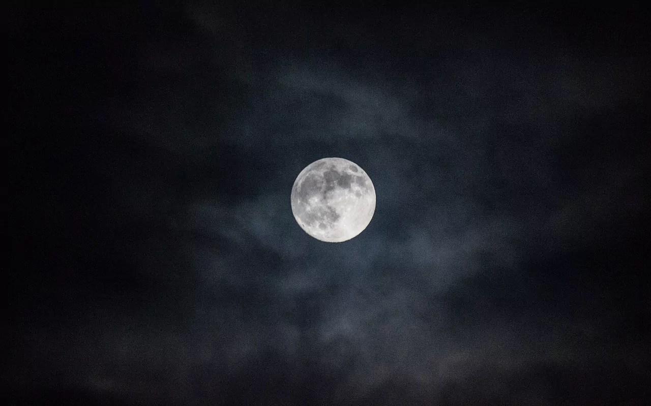 هل يمكننا إعادة تشكيل سطح القمر ليصبح مناسبا للعيش