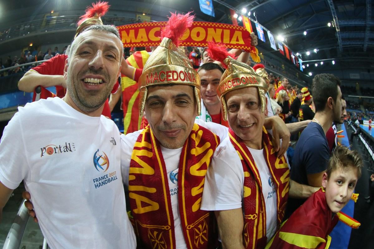 ТРИБИНИТЕ ПОЛНИ: Голем број Македонци ги бодрат ракометарите во Мец (ФОТОГАЛЕРИЈА)