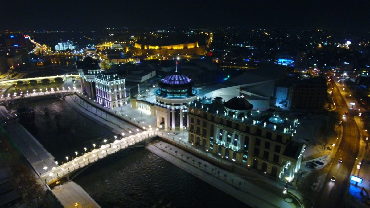 СНИМКА ОД ДРОН: Снежна идила во Скопје (ВИДЕО)