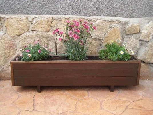 Una jardinera de madera para el patio