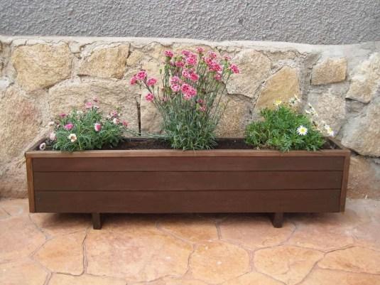 Una jardinera de madera