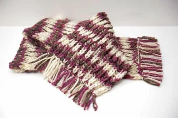 Bufanda tejida con lana y rematada con flecos