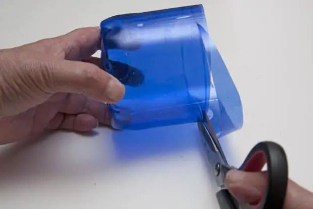 Reciclaje de botellas de plástico para hacer envases. Paso 3