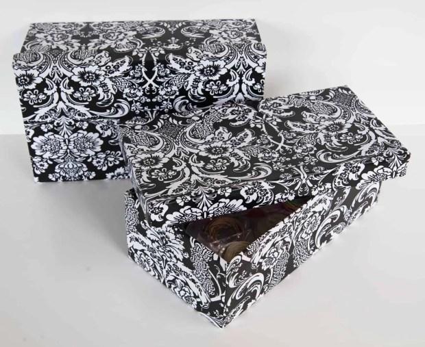 Cajas de zapatas forradas con papel adhesivo estampado