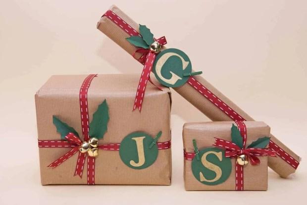 Envolver regalos de navidad con papel craft