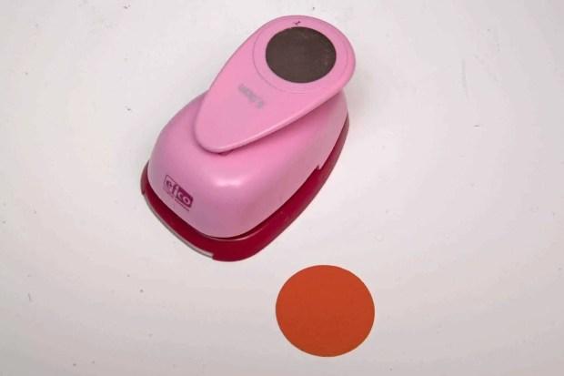 Troquel para cortar circulos de 5 centímetros de diámetro en cartulina roja