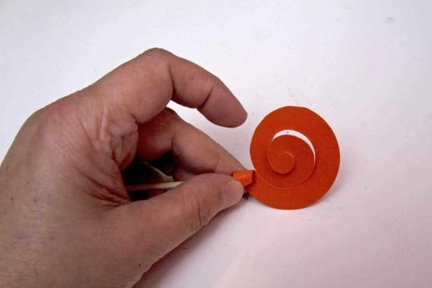 Espiral de cartulina enrollada para formar una rosa
